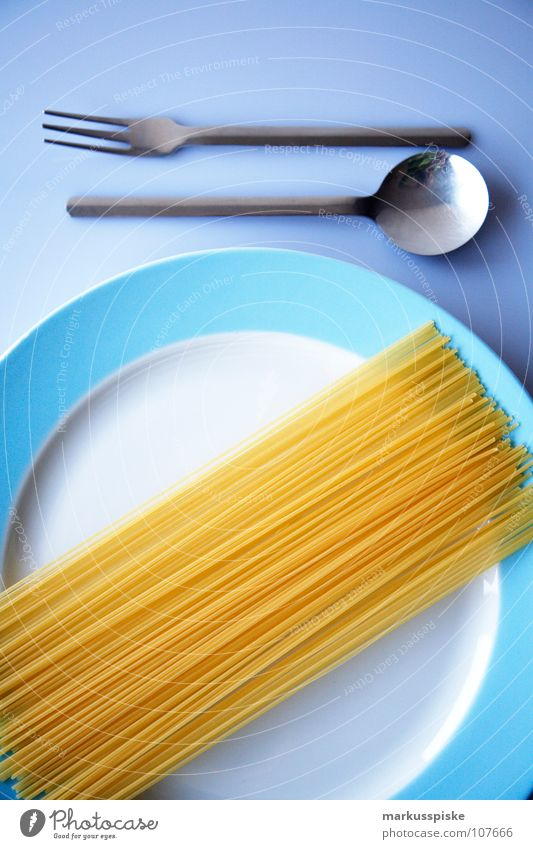 heute mal roh Nudeln Spaghetti Teigwaren Stab lang dünn Besteck Löffel Gabel Teller Am Rand weiß babyblau gelb rund Ernährung Geschirr