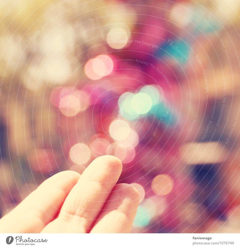 c'est magique! Lifestyle trendy schön glänzend Lichtpunkt Hand Finger Unschärfe rosa hell-blau beige gelb leuchten bezaubernd Zauberei u. Magie Wunder Zauberer