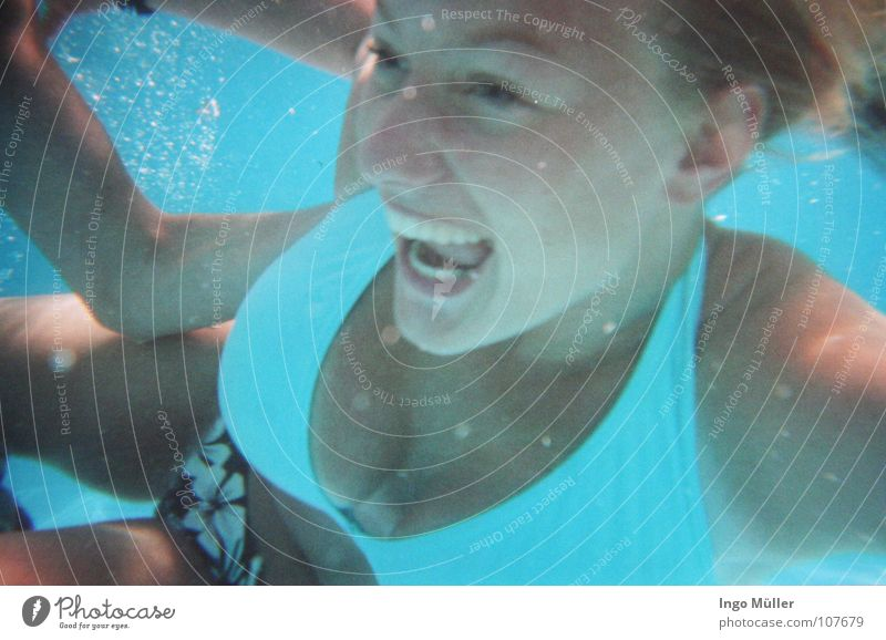 im pool Frau blau Wasser Sommer Spielen Unterwasseraufnahme Haare & Frisuren Luft Schwimmen & Baden Mund Nase Schwimmbad Bad stoppen tauchen Hose
