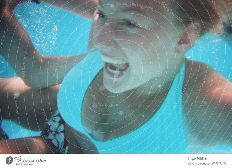 im pool Frau blau Wasser Sommer Spielen Unterwasseraufnahme Haare & Frisuren Luft Schwimmen & Baden Mund Nase Schwimmbad stoppen tauchen Hose