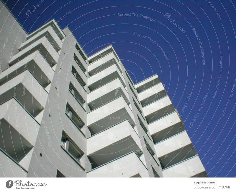 wohnblock Schöneberg Wohnhochhaus Balkon weiß Beton Froschperspektive Architektur Graffiti Plattenbau Blauer Himmel Flucht