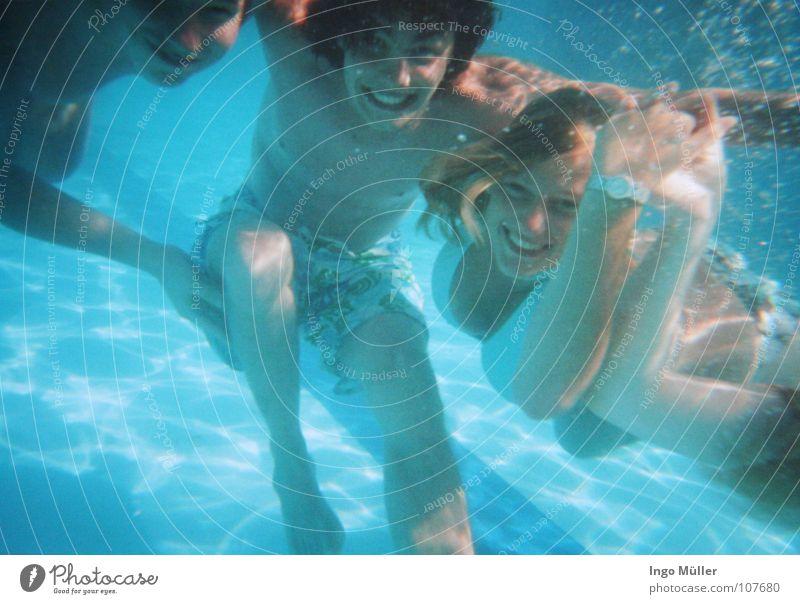 im pool 2 Frau Wasser blau Sommer Freude Unterwasseraufnahme Haare & Frisuren Luft Freundschaft Mund Freizeit & Hobby Nase Schwimmen & Baden mehrere Schwimmbad