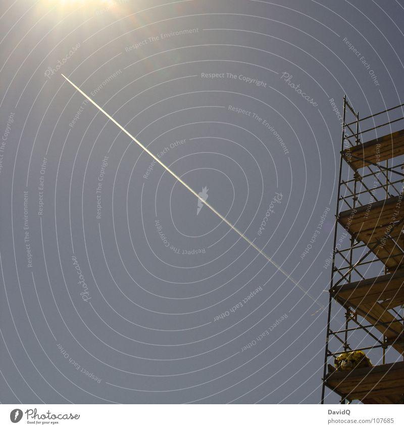 Noch drei Meter bis zur Sonne Himmel blau Sommer Linie hell Beleuchtung Flugzeug Handwerk Schönes Wetter Geländer Schwanz Arbeiter Baugerüst Schiffsplanken