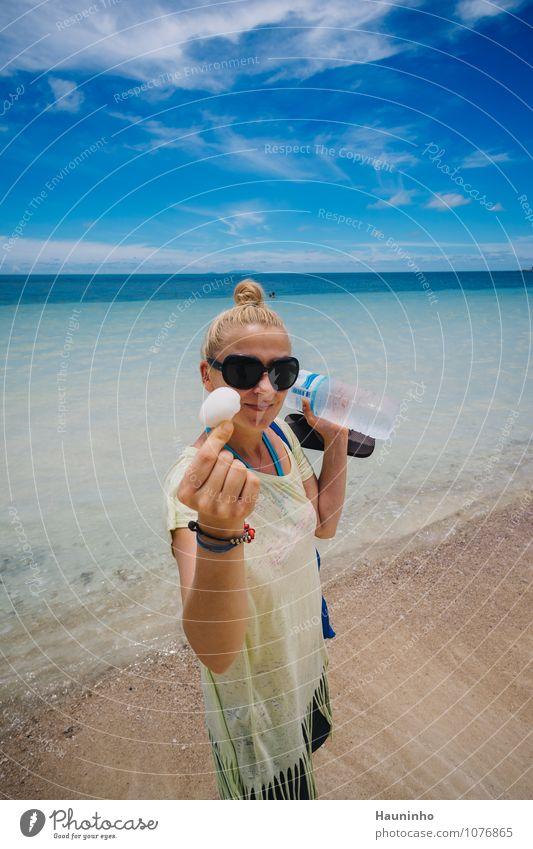Frau am Strand Mensch Himmel Natur Ferien & Urlaub & Reisen Wasser Meer Landschaft Wolken Ferne Erwachsene Wärme feminin Tourismus Insel