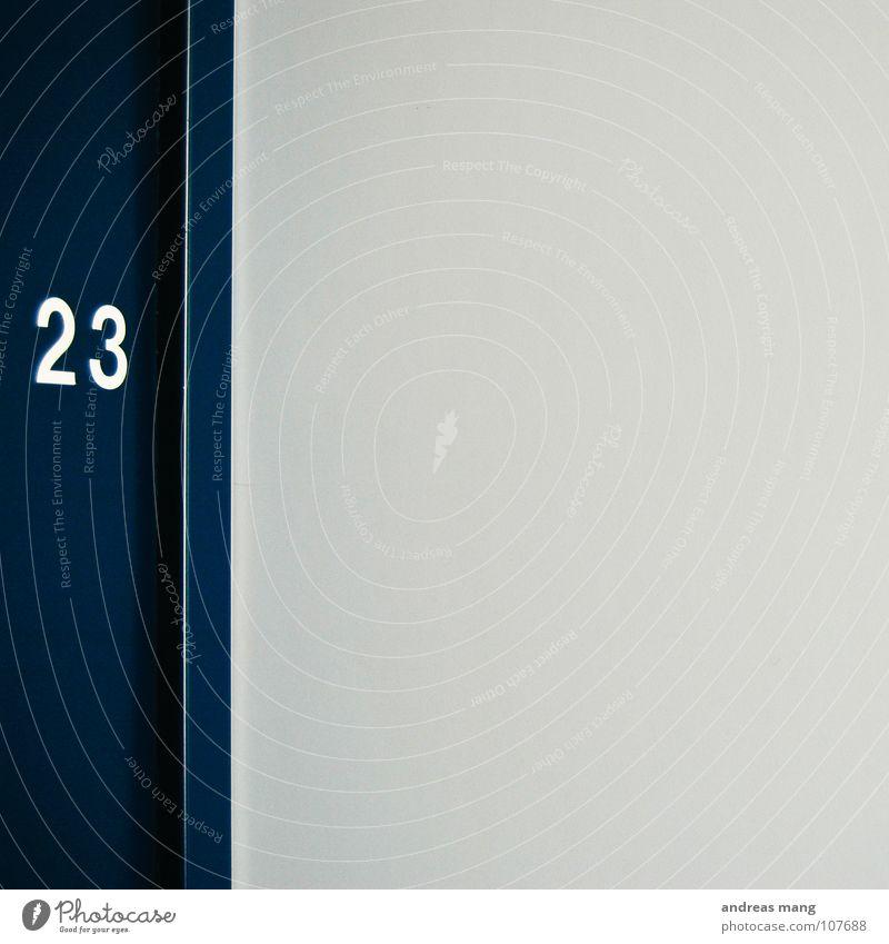 Zimmer 23 weiß blau kalt Linie 2 Tür 3 Ziffern & Zahlen Klarheit Möbel Rahmen