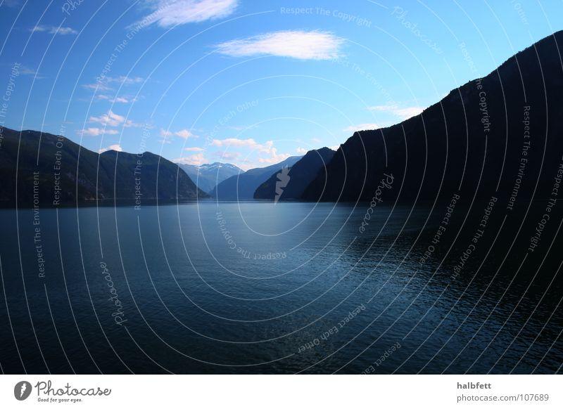 norwegen in blau Wasser Meer Berge u. Gebirge Stein Fluss Bach Norwegen Fjord