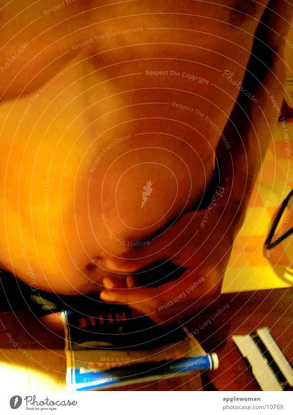 bodyTALK Mann Hand blau gelb orange Körper Finger Brust Bauch drehen Bildausschnitt frontal Tabak