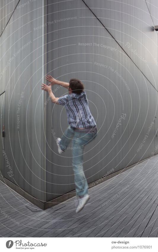 Alltägliche Stolperfallen Mensch Jugendliche Mann Freude Junger Mann Haus 18-30 Jahre Erwachsene Wand Leben Stil Sport Mauer Spielen grau Freiheit