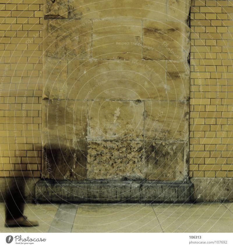 BERLIN HOUSE* Mann alt Stadt schwarz gelb Erholung Wand Bewegung Mauer Fuß Wege & Pfade Schuhe Beine Wasserfahrzeug Wellen dreckig