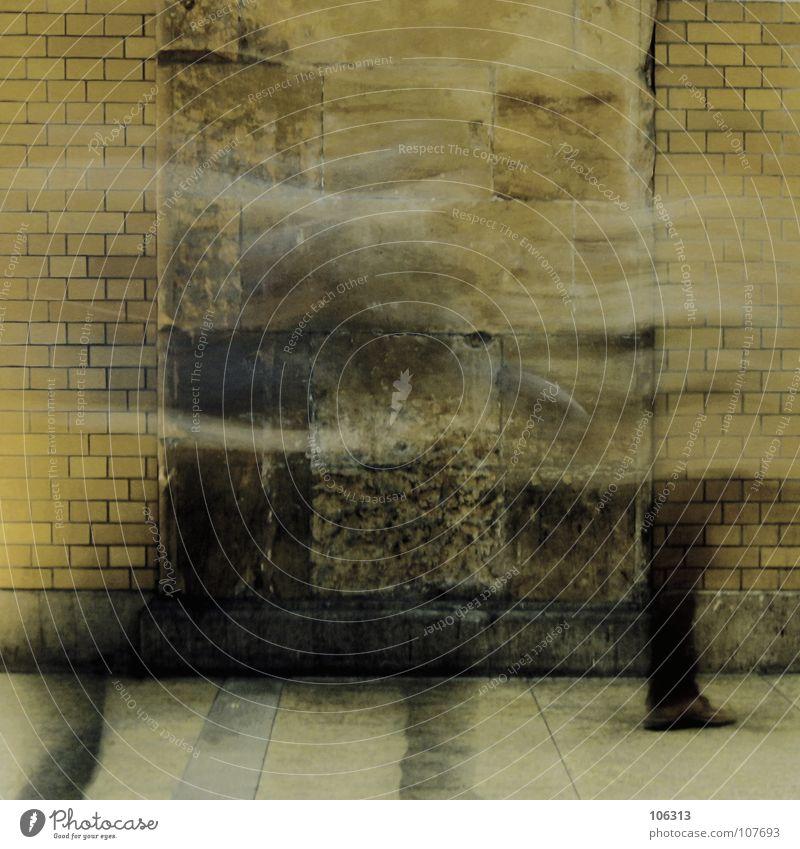 BERLIN HOUSE* alt Stadt schwarz gelb Erholung Wand Bewegung Mauer Fuß Wege & Pfade Schuhe Beine Wasserfahrzeug Wellen dreckig laufen