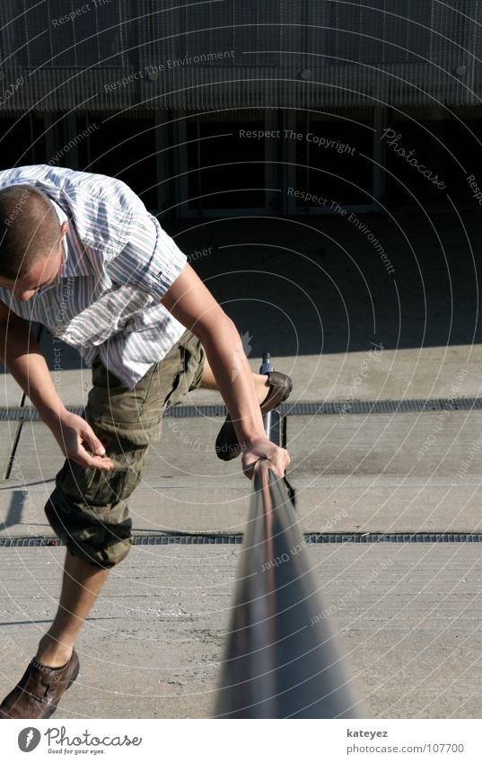 Geländer Freestyle Mann Freude springen grau Metall maskulin Beton Macht Körperhaltung fallen Dynamik silber