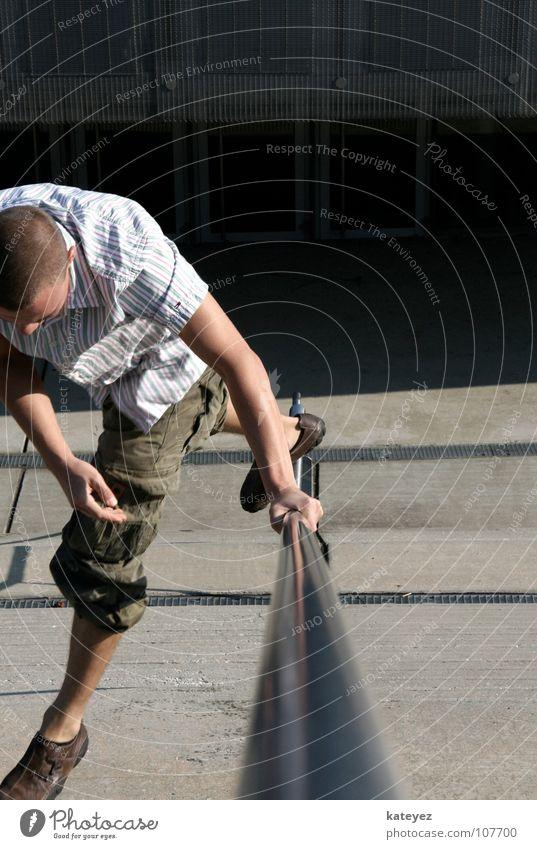 Geländer Freestyle Mann Freude springen grau Metall maskulin Beton Macht Körperhaltung fallen Dynamik silber Geländer Freestyle
