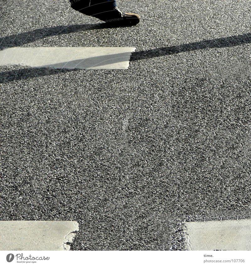 Crossing the line, Realisierungsphase weiß Farbe Straße Bewegung Fuß Asphalt Verkehrswege Fußgänger Zebrastreifen Straßennamenschild Fußgängerübergang