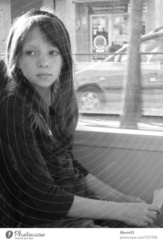 wohin? Kind Jugendliche Mädchen Ferien & Urlaub & Reisen träumen Wege & Pfade Denken klein Verkehr Eisenbahn fahren Vertrauen Fragen Straßenbahn unterwegs