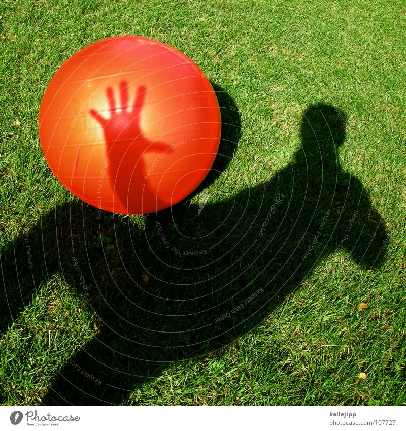 schattenwerfer Kind Sonne rot Spielen träumen liegen Erde Rasen Vergangenheit fahren Ball Kugel Tor Surrealismus Gott werfen