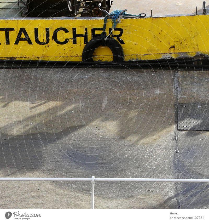Gelbanleger Wasser Farbe gelb Metall Wasserfahrzeug Arbeit & Erwerbstätigkeit Schwimmen & Baden dreckig Vergänglichkeit Asphalt Hafen Geländer Dienstleistungsgewerbe Anlegestelle Fett Blech