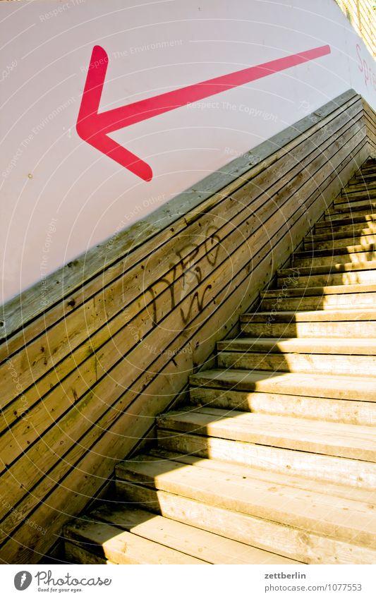 Pfeil nach links unten abwärts Treppe Niveau steigen aufsteigen Abstieg Karriere Holz Holzleiter Wand Richtung Orientierung Navigation Signal trendy zeigen