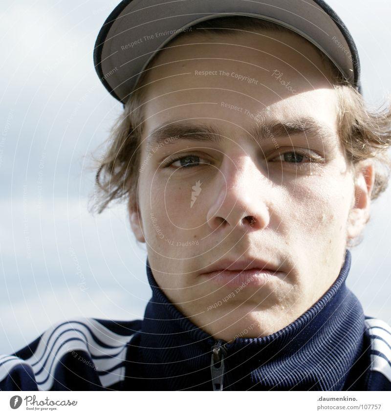 Was nützt die Liebe in Gedanken? Mann Kragen Baseballmütze Wolken Jacke Reißverschluss Streifen kalt Licht ernst emotionslos Porträt Wut Ärger Herbst Bursch