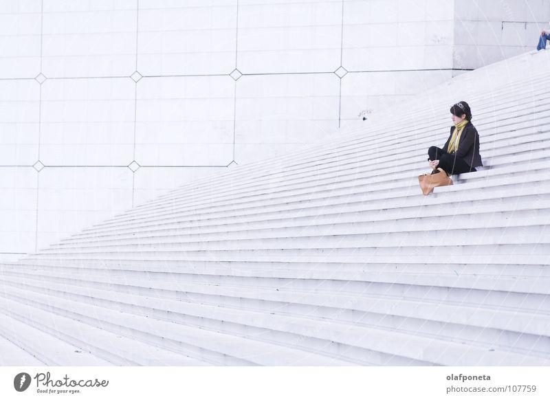 große weiße Treppen, mit (m)einer Frau Frau weiß ruhig Lampe hell groß hoch sitzen Treppe modern Paris Quadrat Frankreich Schwarzweißfoto La Défense
