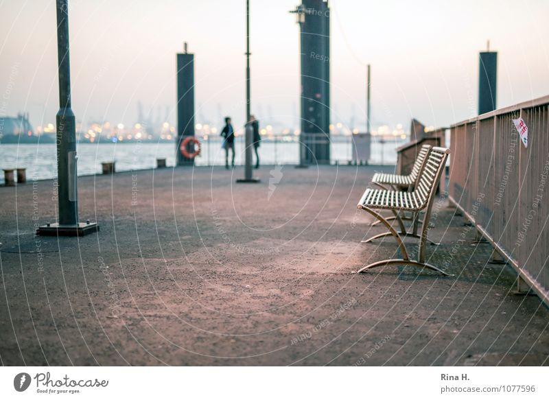 Talk am Hafen Mensch 2 Hamburger Hafen Schifffahrt sprechen stehen Ponton Anlegestelle Bank Poller Zaun Farbfoto Außenaufnahme Textfreiraum unten