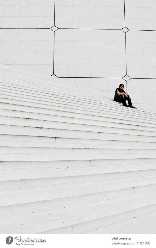 große weiße Treppen, mit mir Mann weiß ruhig Lampe hell groß hoch sitzen Treppe modern Paris Quadrat Frankreich Schwarzweißfoto La Défense