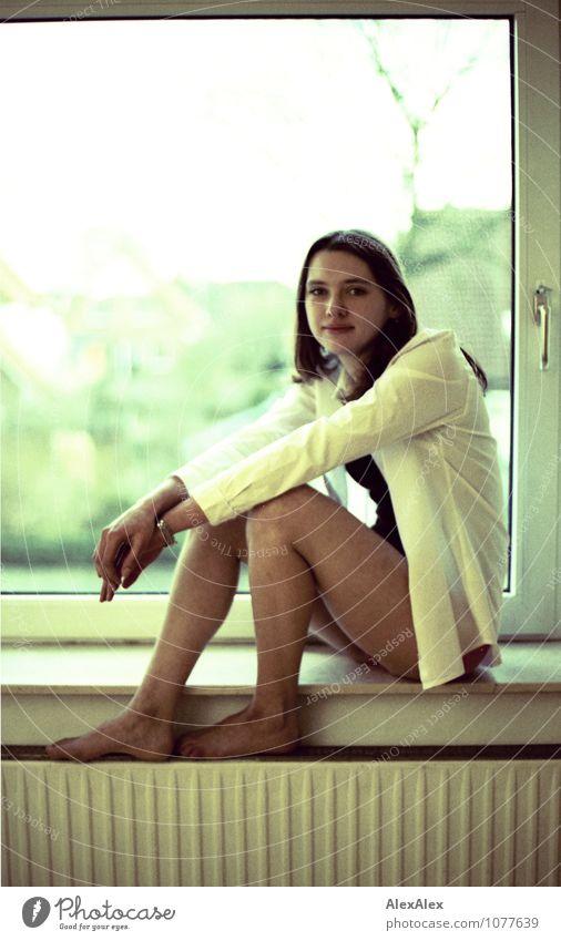 Fensterplatz Jugendliche schön Junge Frau Erwachsene Glück Beine Fuß Wohnung Raum Zufriedenheit sitzen ästhetisch beobachten Lebensfreude Freundlichkeit