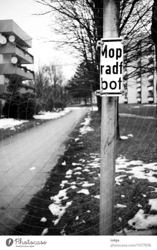 eindeutig unerwünscht Stadt Haus Winter Leben Wege & Pfade Stimmung Park trist Schilder & Markierungen Hochhaus Schriftzeichen Hinweisschild kaputt Bürgersteig