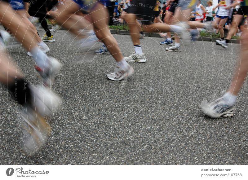 schöne Beine Joggen Geschwindigkeit Schuhe Turnschuh Ausdauer Bewegungsunschärfe Marathon Asphalt grau weiß Erfolg Fitness Menschengruppe laufen rennen