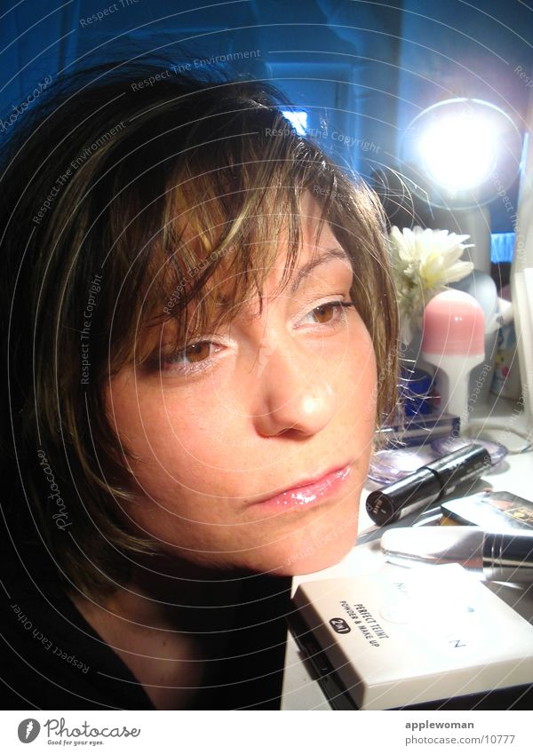 MASKE Frau blau Gesicht braun Bad Spiegel Schminke Kosmetik Raum