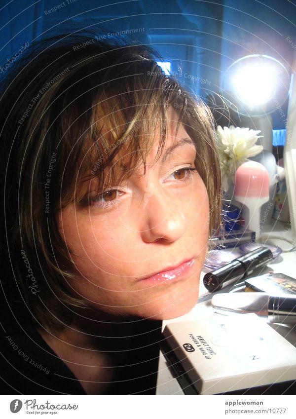 MASKE Frau braun Schminke Bad Spiegel Licht Gesicht blau