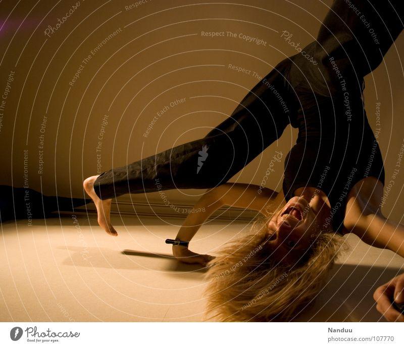 Purzeln Frau Mensch Jugendliche Sport feminin Spielen lachen Beine lustig blond Erwachsene Arme fliegen dünn Klettern fallen