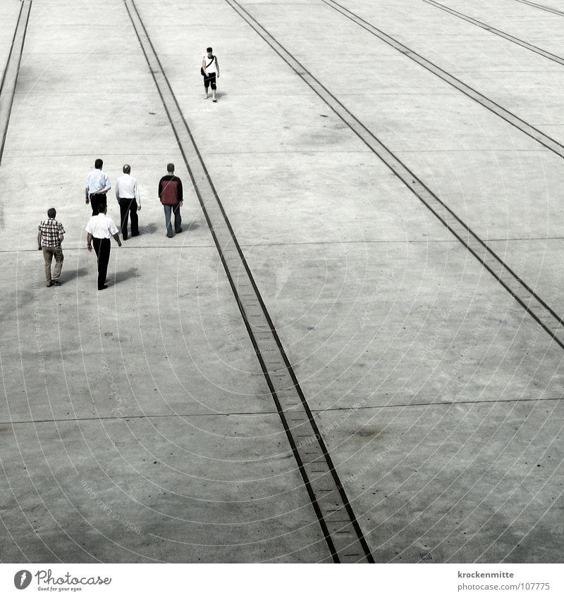 High Noon Mensch Einsamkeit Linie gehen laufen mehrere Platz Schweiz Verkehrswege Richtung Verabredung Zürich Überqueren Duell Mittagspause