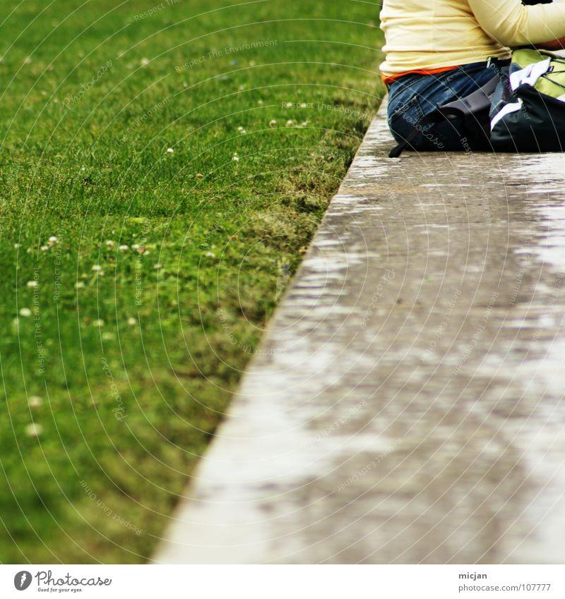 Easy Platz grau Beton Mauer Pause Erholung Wiese Rasen Park Ecke kalt Sitzgelegenheit Frau grün faulenzen gammeln hinsetzen gemütlich hart Betonwand Parkbank