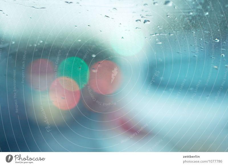 Fahren auf Sicht fahren PKW Mobilität Regen Wassertropfen Niederschlag Fenster Autofenster Fensterscheibe Windschutzscheibe Licht Rücklicht Ampel