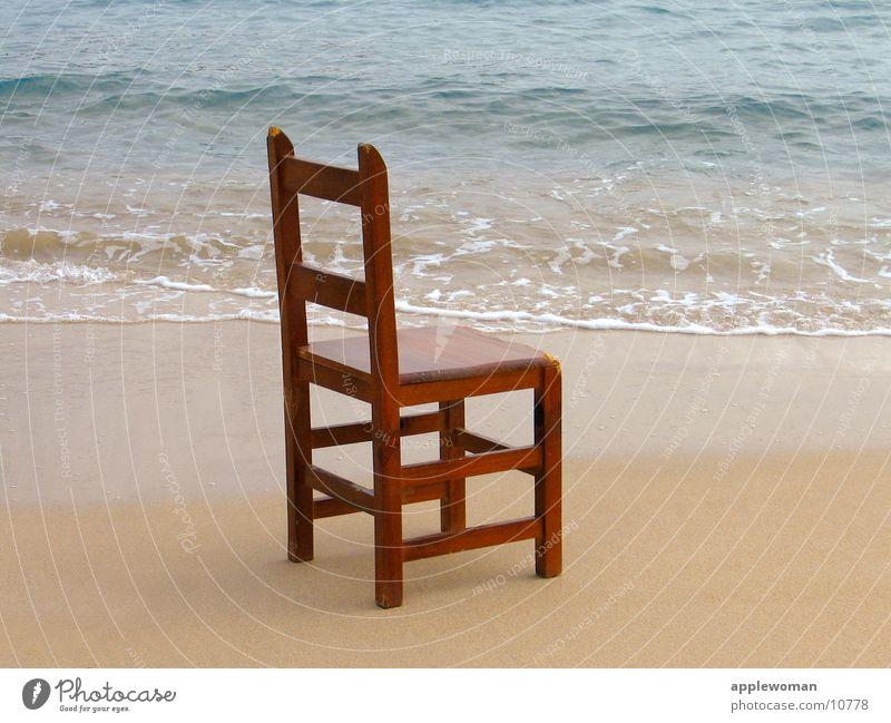 stuhl am meer Wasser Meer blau Strand Holz Sand Wellen Stuhl obskur Seite Spanien Mallorca beige Januar
