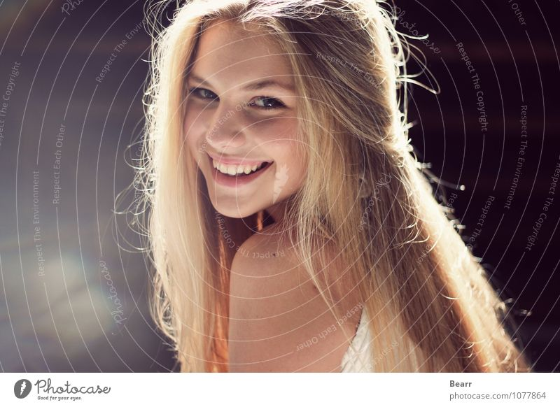 Porträt mit Lichtreflexionen feminin Gesicht 1 Mensch blond langhaarig genießen Lächeln lachen Fröhlichkeit natürlich schön Glück Zufriedenheit Lebensfreude
