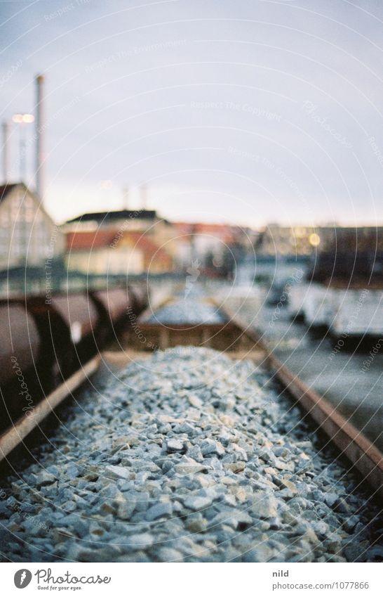 Schotterlieferung München Stadt Menschenleer Industrieanlage Bahnhof Gebäude Verkehr Güterverkehr & Logistik Schienenverkehr Güterzug Kies Stein Metall trist