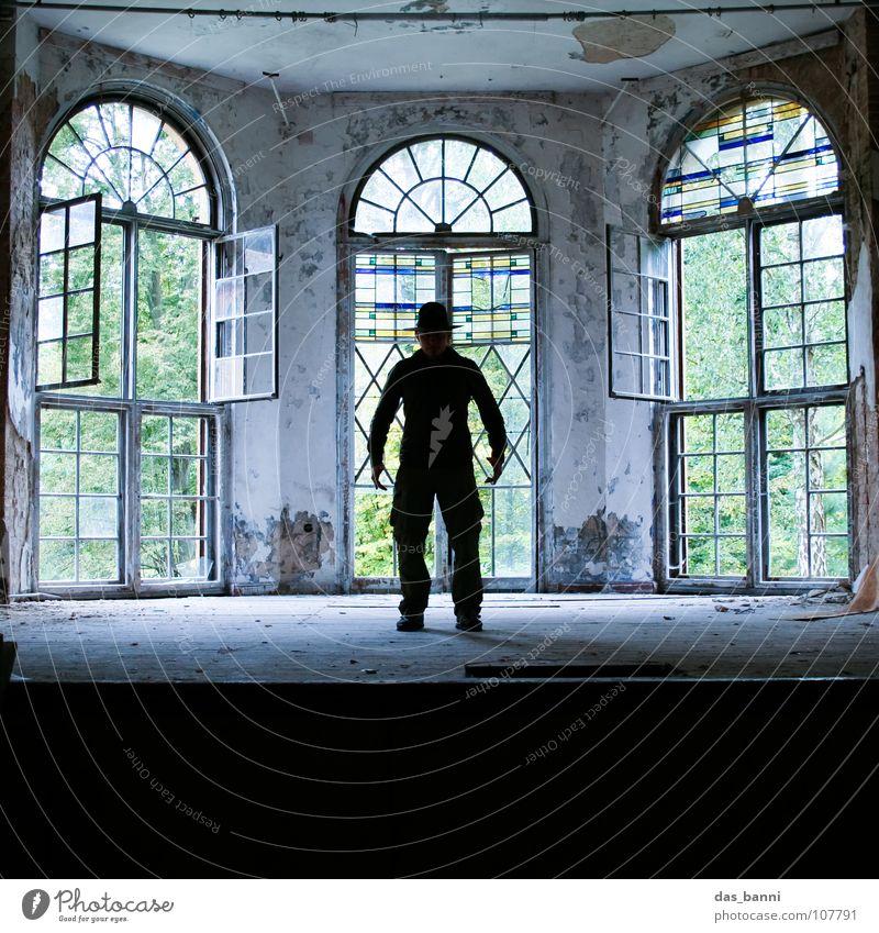 AKT 1 Mann alt ruhig Fenster Glas 3 leer Trauer Kultur Show geheimnisvoll Konzert gruselig verfallen stark Bühne