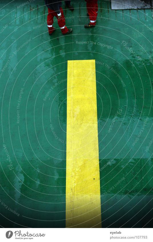 2 Streifenhörnchen am oberen Bildrand Mensch Mann Wasser grün gelb See Regen Schuhe Linie Beine Wasserfahrzeug Wetter nass Verkehr Industrie