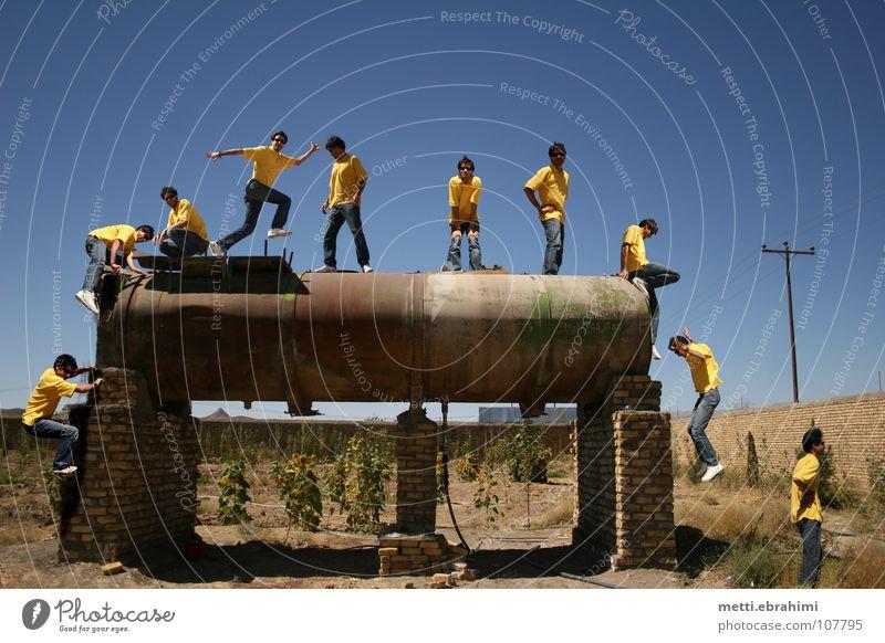 Safa Jugendliche gelb springen Aktion Iran