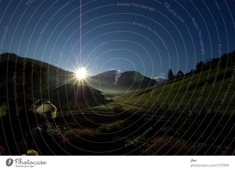 Morgenstimmung Natur Sonne grün blau Straße Berge u. Gebirge Garten Beleuchtung Gemüse Hütte Weide Zaun Beet Berghang Gartenzaun