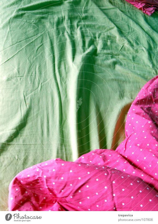 bett Bett schlafen Bettwäsche grün rosa aufwachen leer Bettdecke ruhig Erholung träumen angenehm Raum mehrfarbig Häusliches Leben Morgen Decke schlafzimer bed