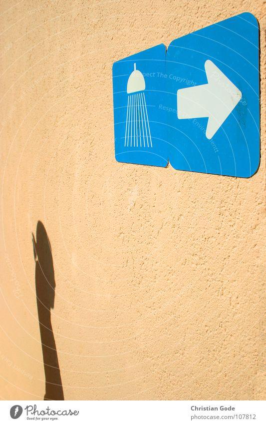 Vor dem Baden bitte Duschen Frau Mensch Wasser weiß blau Sommer Ferien & Urlaub & Reisen Wand orange Bad Schwimmbad Reinigen Pfeil Hinweisschild Dusche (Installation)
