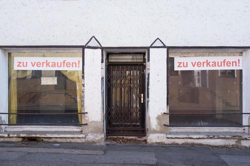 TOP ANGEBOT: Und den Vorhang gibt's gratis dazu Lifestyle Stil Umzug (Wohnungswechsel) Dorf Architektur Fassade Fenster Beratung Einsamkeit Misserfolg Nostalgie