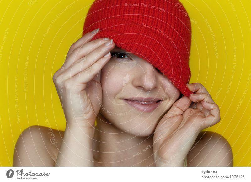 In Farbe sehen Mensch Jugendliche schön Junge Frau rot Freude 18-30 Jahre Erwachsene gelb Leben natürlich Gesundheit Freiheit Lächeln Beginn