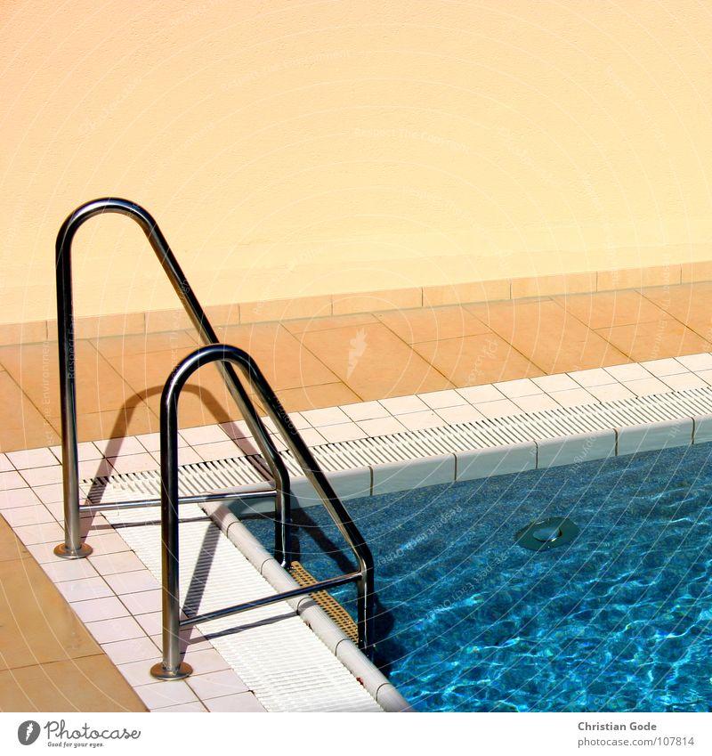 Einstieg blau Wasser weiß Ferien & Urlaub & Reisen Sommer kalt Wand Wärme orange Reinigen Schwimmbad Physik Fliesen u. Kacheln Bikini Gitter Handtuch