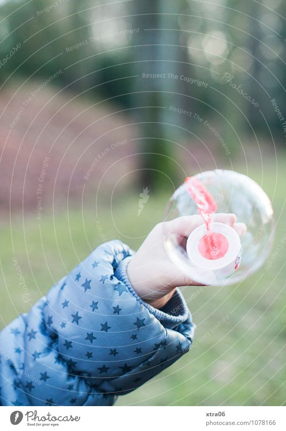 Seifenblase Arme Hand 1 Mensch Umwelt Natur Park Wald Jacke Kindheit Herbst herbstlich Farbfoto Gedeckte Farben Außenaufnahme Textfreiraum oben Tag