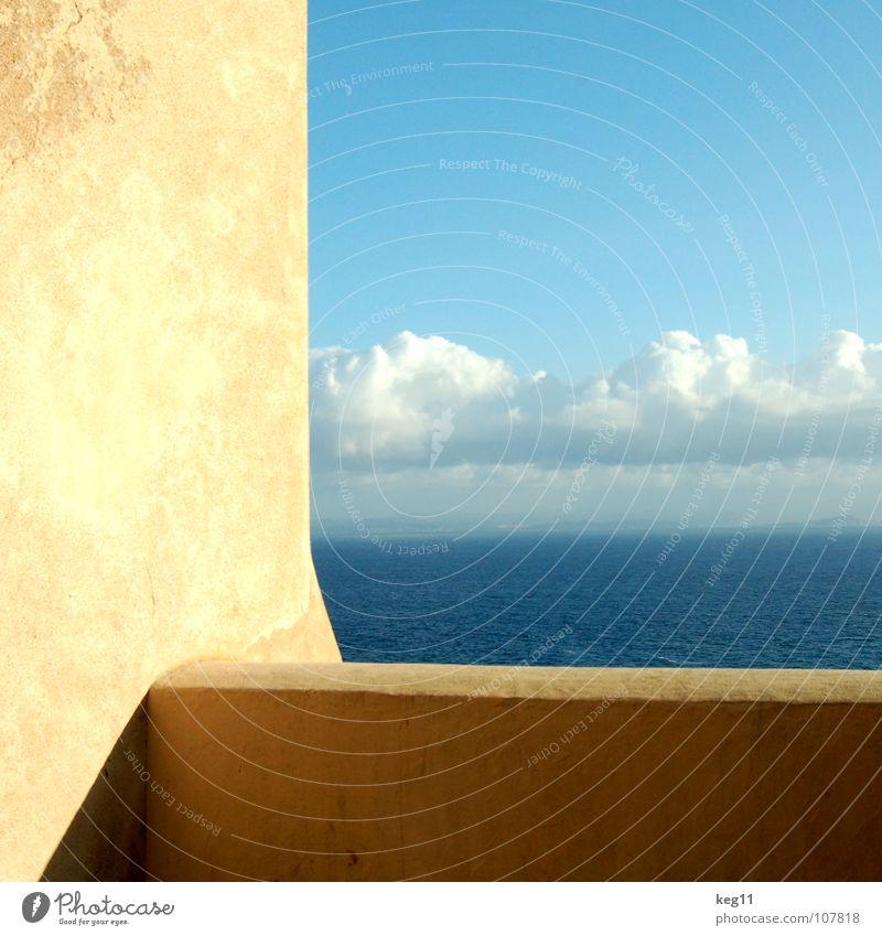 Fenster mit Ausblick Himmel Ferien & Urlaub & Reisen blau Sommer Wasser weiß Erholung Meer Wolken Freude Strand Berge u. Gebirge Küste Mauer Sand