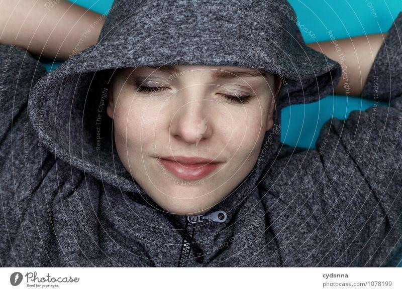 Einfach mal Ruhe Mensch Ferien & Urlaub & Reisen Jugendliche blau schön Junge Frau Erholung ruhig 18-30 Jahre Erwachsene Gesicht Leben Glück Gesundheit lachen