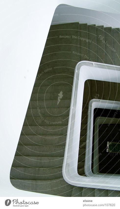 ::LOS:KICKERN!:: weiß schwarz Erholung dunkel Spielen grau hell Zusammensein gehen laufen Treppe Studium Perspektive Niveau Geländer Flur